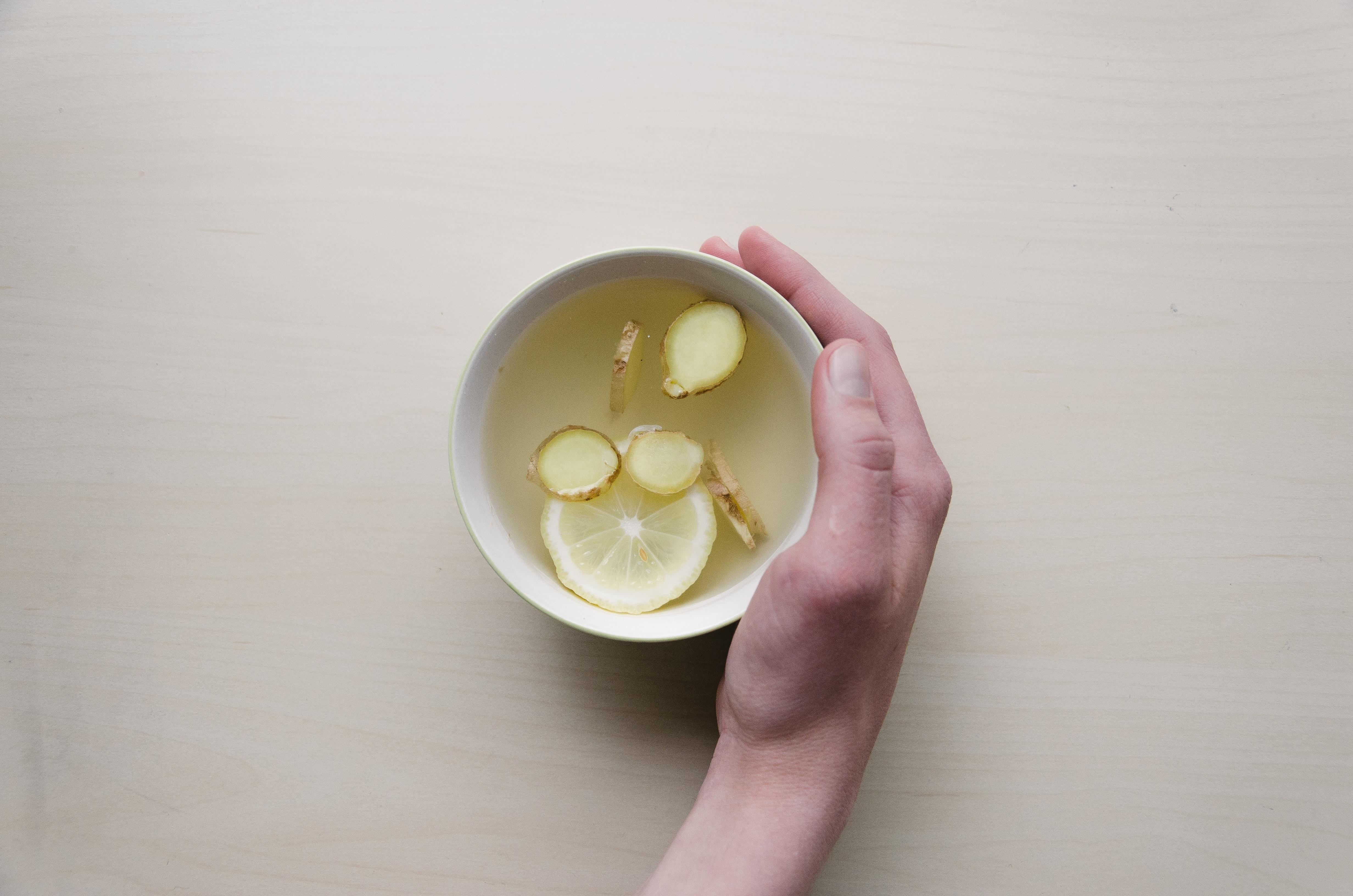 Une infusion avec du citron et du gingembre - Précision Chiropratique