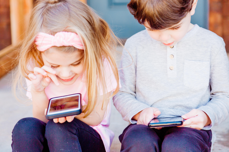 Des jeunes avec le téléphone intelligents - Précision Chiropratique