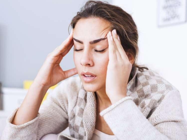Une femme qui a mal à la tête - Précision Chiropratique